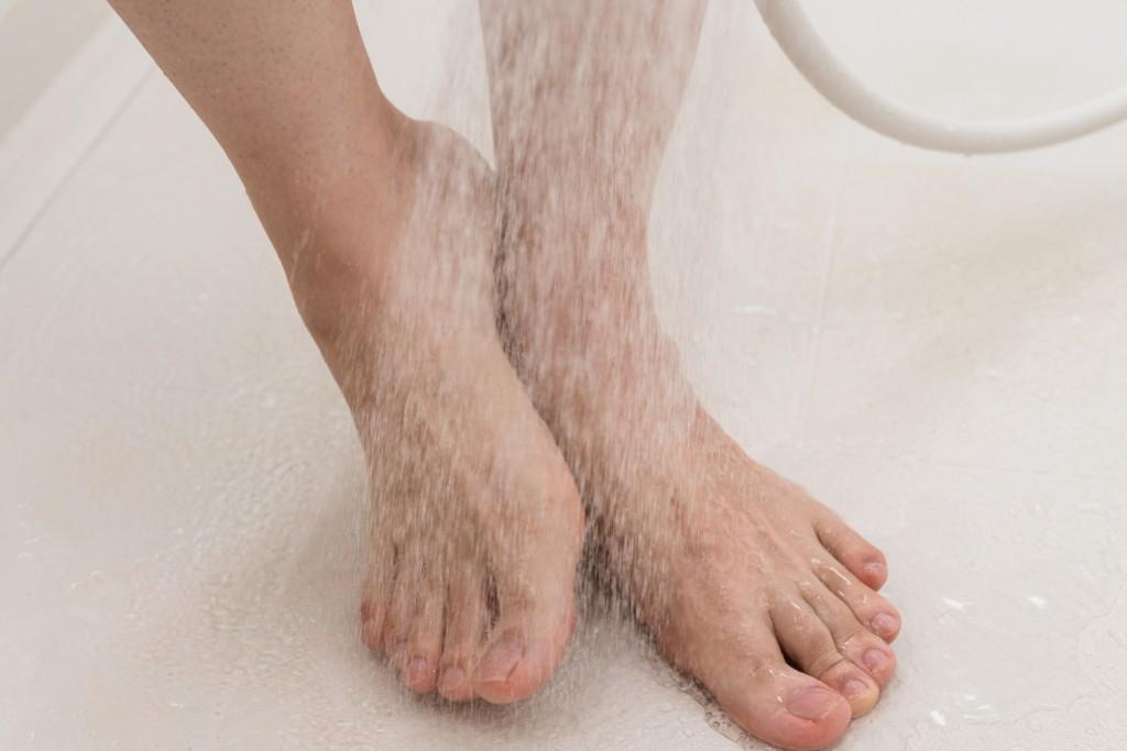 足を洗う男性